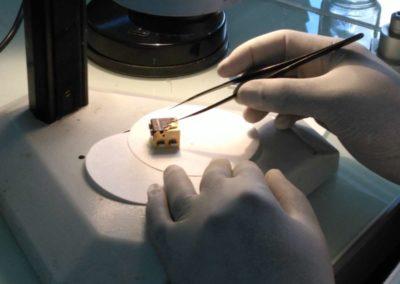 Préparation de l'échantillon sur dés métallique adapté à la navette